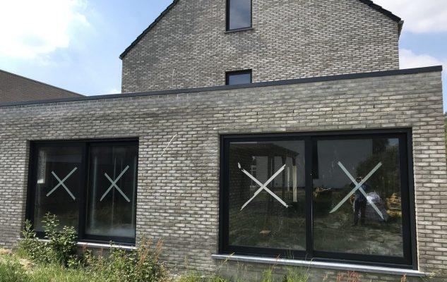 Realisatie PVC ramen en deuren in RAL7016 te Koersel