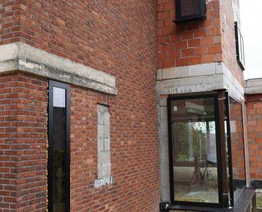 Hier heeft Zenit Ramen En Deuren een project aluminium ramen en deuren gerealiseerd in RAL9005 voor een renovatiewoning te Pimberg – Bierbeek.